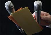 Moderation und Präsentation sind mehr, als ein Mikro in der Hand zu halten oder von einem Zettel abzulesen. Moderator:innen strukturieren die Kommunikation.