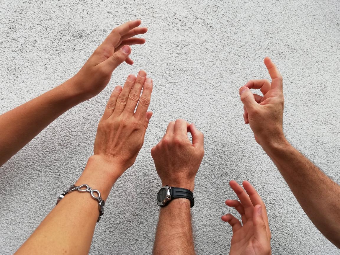 Für Systemisches Konsensieren braucht es nicht unbedingt eigenes Material - es funktioniert auch mit Handzeichen.