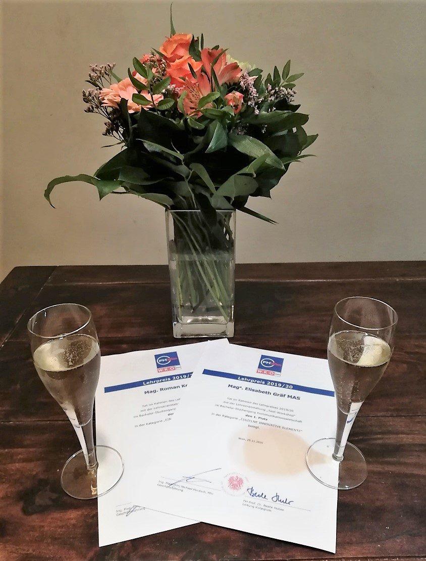 Sekt, Blumen und Urkunden bezeugen die Freude über unseren Lehrpreis