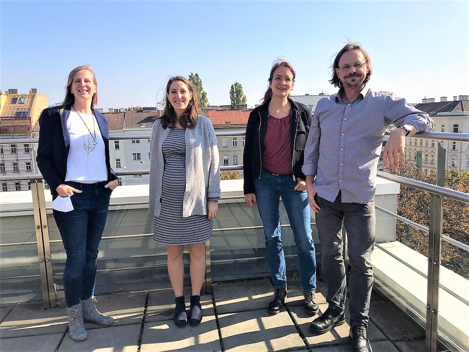 Nach dem Interview zum Lehrpreis: Steffi Bärmann, Felicia Fuchs, Elisabeth Gräf und Roman Kellner (WORT & WEISE) auf der Terrasse der FH Wien der WKW bei herrlich blauem Wetter.